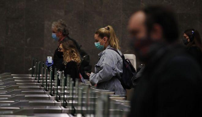 Άνθρωποι με μάσκες στο μετρό