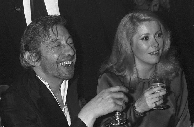 Ο Σερζ Γκένζμπουργκ με την ντίβα του γαλλικού σινεμά Κατρίν Ντενέβ (AP Photo)