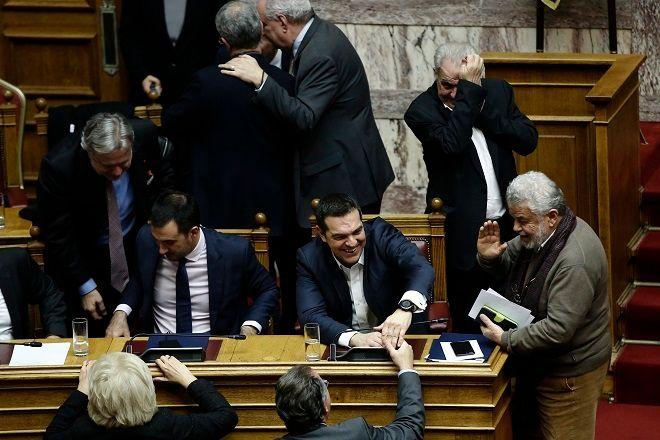 Ο πρωθυπουργός Αλέξης Τσίπρας (Κ), συνομιλεί μετά την ανακοίνωση του αποτελέσματος της ψηφοφορίας στη συζήτηση στην Ολομέλεια της Βουλής για παροχή ψήφου εμπιστοσύνης προς την κυβέρνηση, με τον κ. Κουμουτσάκο.