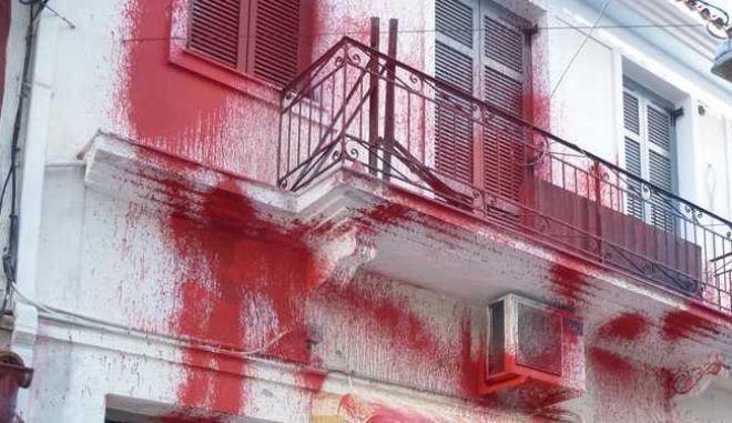 Μυτιλήνη: Πέταξαν μπογιές στα γραφεία του ΣΥΡΙΖΑ