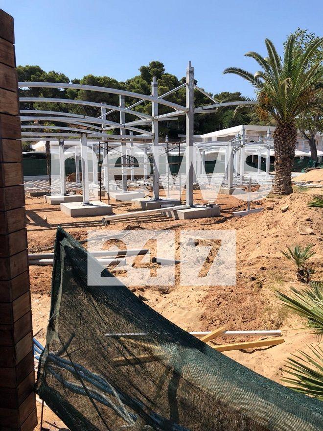 Η αυθαίρετη κατασκευή στην πλαζ του Αστέρα της Βουλιαγμένης. Βέργες και σιδεριές στην άμμο