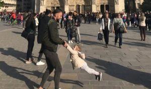 Η viral φωτογραφία με τον πατέρα και την κόρη έξω από την Παναγία των Παρισίων λίγο πριν ξεσπάσει η φωτιά