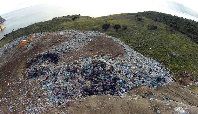 Παράνομη χωματερή του δήμου Ναυπλιέων στην παραλία της Καραθώνας στο Ναύπλιο. Η Καραθώνα είναι μια ελεύθερη παραλία που εδώ και δεκάδες χρόνια χρησιμοποιούν οι κάτοικοι του Ναυπλίου, της Αργολίδας και χιλιάδες επισκέπτες. Ο ΕΟΤ, στον οποίο παραχωρήθηκε η Καραθώνα ως προς τη χρήση, από το 1968  δεν αξιοποίησε την περιοχή. Η ιστορία της Καραθώνας ξεκίνησε με σχέδιο παραχώρησής της σε ξένους για τη δημιουργία ξενοδοχειακής μονάδας και συνεχίστηκε με προγραμματικές συμβάσεις. Επίσης ακούστηκαν πολλές προτάσεις αλλά και μεγαλεπήβολα σχέδια για τουριστικές εγκαταστάσεις. Από το 2006 λειτουργεί η χωματερή στη νοτιοανατολική πλευρά της παραλίας. Άρχισε σαν σταθμός μεταφόρτωσης και εξελίχτηκε σε παράνομη χωματερή του Δήμου Ναυπλιέων για την οποία έχουν επιβληθεί και πρόστιμα. Τους καλοκαιρινούς μήνες η οσμή από την χωματερή καταντά ανυπόφορη, ενώ είναι πρόσφατο το γεγονός λουόμενοι να εγκαταλείπουν την παραλία έπειτα από την εκδήλωση πυρκαγιάς καθώς οι καπνοί ήταν πυκνοί και η μυρωδιά από τα καμένα σκουπίδια ήταν αφόρητη. Εξάλλου κάτοικοι και οικολογικές οργανώσεις διαμαρτύρονται για τις επιπτώσεις που έχει υποστεί το οικοσύστημα της περιοχής από τη διαμορφωμένη κατάσταση.  (EUROKINISSI/ΑΝΤΩΝΗΣ ΝΙΚΟΛΟΠΟΥΛΟΣ)