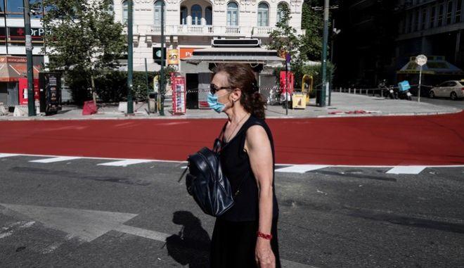 Πολίτης με μάσκα στην Αθήνα