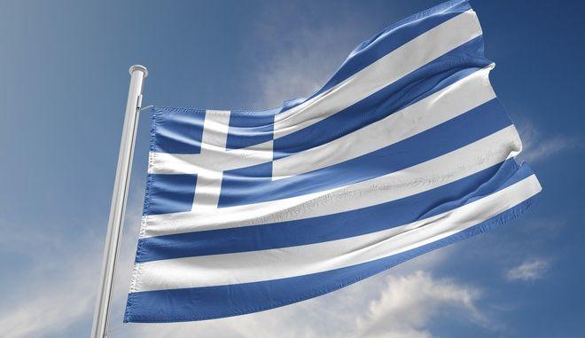 Η ελληνική σημαία στον γαλάζιο ουρανό