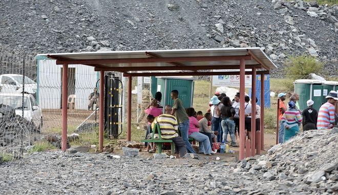 Οικογένειες περιμένουν να μάθουν νέα για τους ανθρώπους τους. Φωτό αρχείου.