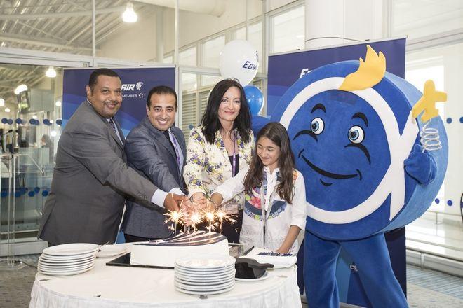 Γιορτάζοντας τα 86 χρόνια της EGYPTAIR: Από αριστερά, ο Wael Ekram, Station Manager, EGYPTAIR, ο Salah Tawfik, District Manager της EGYPTAIR στην Ελλάδα και στην Κύπρο, η Ιωάννα Παπαδοπούλου, Διευθύντρια Επικοινωνίας & Μάρκετινγκ του αεροδρομίου, και η μασκότ του αεροδρομίου, ο Φίλος ο Αθηναίος!