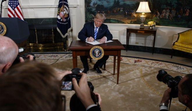 Ο Αμερικανός πρόεδρος υπέγραψε το προεδρικό διάταγμα, μετά την ανακοίνωση της αποχώρησης των ΗΠΑ από τη συμφωνία για τα πυρηνικά με το Ιράν