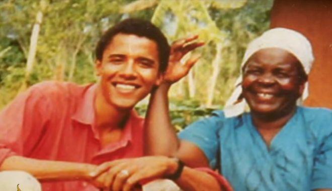 Ο Μπαράκ Ομπάμα με τη γιαγιά του, Σάρα σε φωτογραφία από τα νεανικά χρόνια του πρώην προέδρου των ΗΠΑ