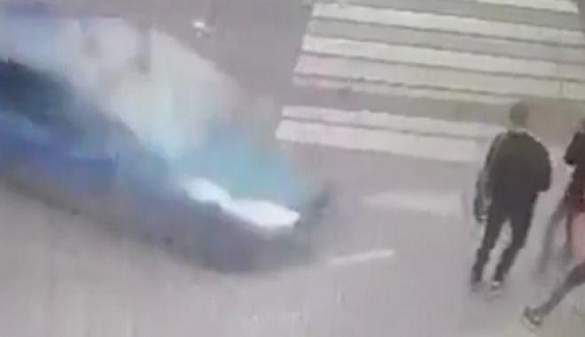 Τρομακτικό τροχαίο: Αυτοκίνητο εκτός ελέγχου παρέσυρε μαθητές και επέζησαν