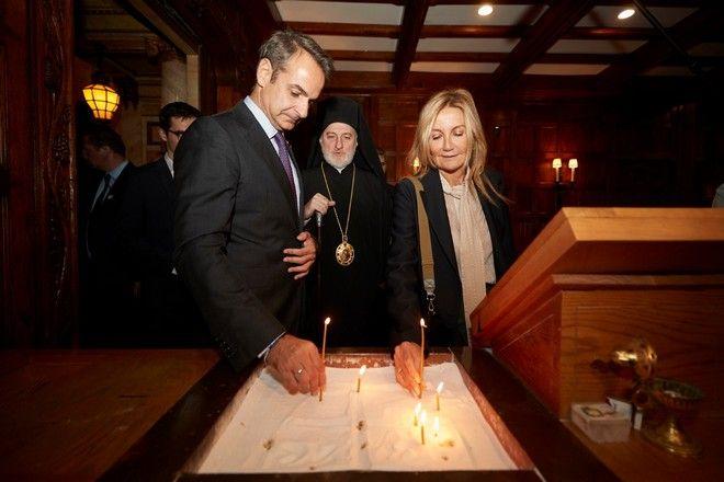 Ο Κυριάκος Μητσοτάκης και η σύζυγός του Μαρέβα ανάβουν κερί. Πίσω τους ο Αρχιεπίσκοπος Αμερικής Ελπιδοφόρος