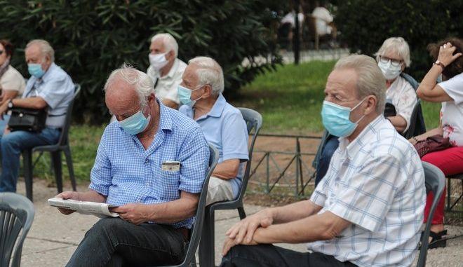 Συγκέντρωση συνταξιουχικών οργανώσεων την Πέμπτη 8 Οκτωβρίου 2020, στην πλατεία Κλαυθμώνος. Μεταξύ άλλων, διεκδικούν: Την αποκατάσταση των περικοπών στις κύριες και  επικουρικές συντάξεις, στα δώρα και το ΕΚΑΣ, αξιοπρεπή και φθηνή ιατροφαρμακευτική περίθαλψη, να καλυφθούν οι ελλείψεις στα νοσοκομεία, τόσο σε έμψυχο υλικό όσο και σε υποδομές και υλικά, να προσληφθεί προσωπικό στα ασφαλιστικά ταμεία για να εκδοθούν άμεσα οι εκκρεμείς συντάξεις που φθάνουν τις εκατοντάδες χιλιάδες, να απαλειφθεί άμεσα η απαράδεκτη απόφαση της κυβέρνησης για απόσβεση των αξιώσεων, σε περίπτωση που οι συνταξιούχοι θα πάρουν τα  αναδρομικά. (EUROKINISSI/ΒΑΣΙΛΗΣ ΡΕΜΠΑΠΗΣ)
