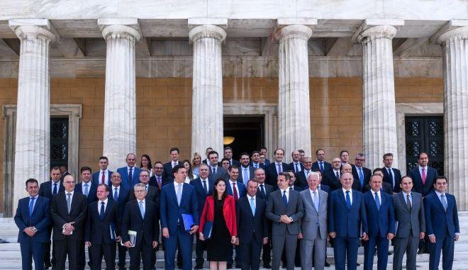 """Ένας χρόνος κυβέρνηση ΝΔ: Ο """"πόλεμος"""" με τον κορονοϊό και η οικονομική κρίση που έρχεται"""