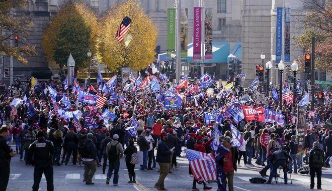 Διαδηλωτές συρρέουν στην Ουάσινγκτον για να στηρίξουν τον Τραμπ