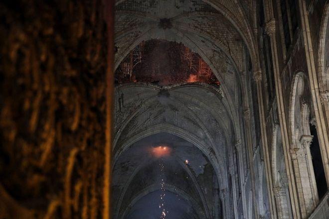 Το εσωτερικό της Παναγίας των Παρισίων