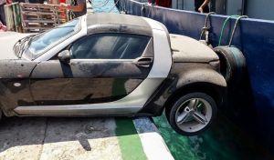Το είδαμε και αυτό! Αυτοκίνητο συγκρούστηκε με σκάφος στη Νάξο
