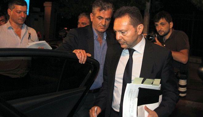 Ο υπουργός Οικονομικών Γιάννης Στουρνάρας στην έξοδό του από το Μέγαρο Μαξίμου μετά το τέλος της σύσκεψης των πολιτικών αρχηγών την Δευτέρα 17 Ιουνίου 2013. (EUROKINISSI/ΓΙΩΡΓΟΣ ΚΟΝΤΑΡΙΝΗΣ)