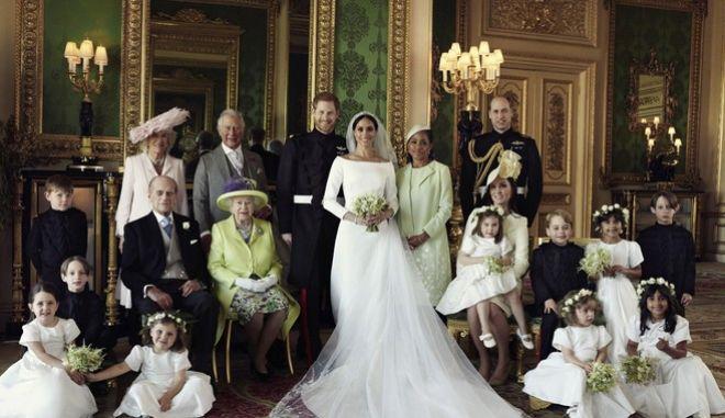 H οικογενειακή φωτογραφία μετά τον γάμο του πρίγκηπα Χάρι και της Μέγκαν Μαρκλ