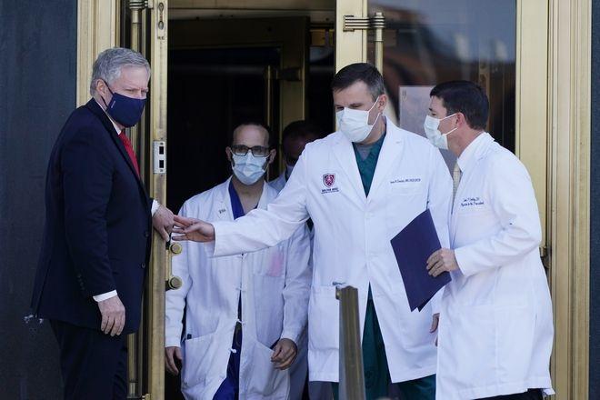 Ο προσωπάρχης του Λευκού Οίκου Mark Meadows, κρατά την πόρτα για τον Δρ Sean Conley, γιατρό του Προέδρου Τραμπ, 4 Οκτωβρίου 2020.