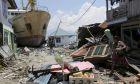 Ακόμη και τα καράβια βγήκαν στη στεριά στην Ινδονησία