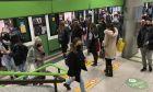 Κόσμος σε μετρό της Ιταλίας