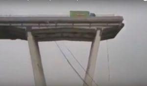 Βίντεο: Οδηγός σταματά λίγα μέτρα πριν βρεθεί στο κενό στη Γένοβα