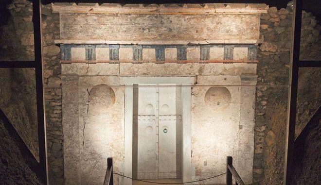 Αφρικανή ψέκασε με σπρέι 11 επιτύμβιες στήλες στο Μουσείο της Βεργίνας