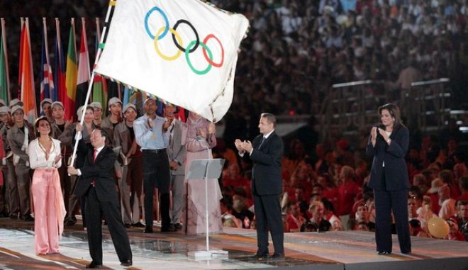 Η Πρόεδρος του ΑΘΑΝΑ 2004 Γιάννα Αγγελοπούλου (Α) ο Πρόεδρο της ΔΟΕ Ζακ Ρόνγκ (2Δ) η  Δήμαρχος Αθηναίων Ντόρα Μπακογιάννη (Α) και ο  Δήμαρχος του Πεκίνου Wang Qishan (2Α) που παρέλαβε την Ολυμπιακή σημαία και χαιρετά των κόσμο, την Κυριακή 29 Αυγούστου 2004, στην Τελετή λήξης τον Ολυμπιακών Αγώνων της Αθήνας την , στο ΟΑΚΑ...ΑΠΕ/ATHOC/ ΧΡΥΣΑ ΠΑΝΟΥΣΙΑΔΟΥ-ΑΠΑΓΟΡΕΥΕΤΑΙ Η ΑΡΧΕΙΟΘΕΤΗΣΗ ΚΑΙ Η ΕΜΠΟΡΙΚΗ ΕΚΜΕΤΑΛΕΥΣΗ ΤΗΣ ΦΩΤΟΓΡΑΦΙΑΣ