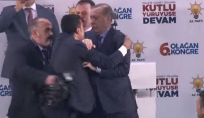 Πανικός για τον Ερντογάν: Δέχθηκε 'επίθεση αγάπης' από φανατικό οπαδό