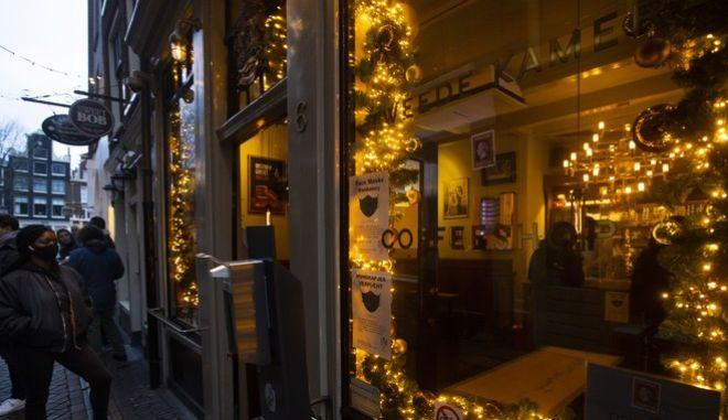Άμστερνταμ: Έρχεται το τέλος των coffeeshops για τους τουρίστες