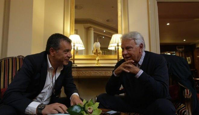 ΙΣΠΑΝΙΑ-Ο επικεφαλής του ποταμιού Σταύρος Θεοδωράκης στην Ισπανία ,στη φωτογραφία με τον πρώην πρωθυπουργό Φελίπε Γκονζάλες.(ΓΡΑΦΕΙΟ ΤΥΠΟΥ ΠΟΤΑΜΙ-Φωτογραφία Θοδωρής Μανωλόπουλος,eurokinissi)