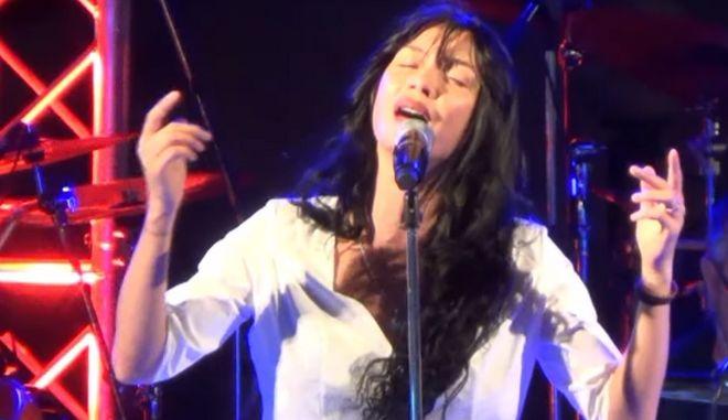 Βίντεο: Η Πάολα τραγουδά Μίκη Θεοδωράκη μπροστά σε 6.000 θεατές