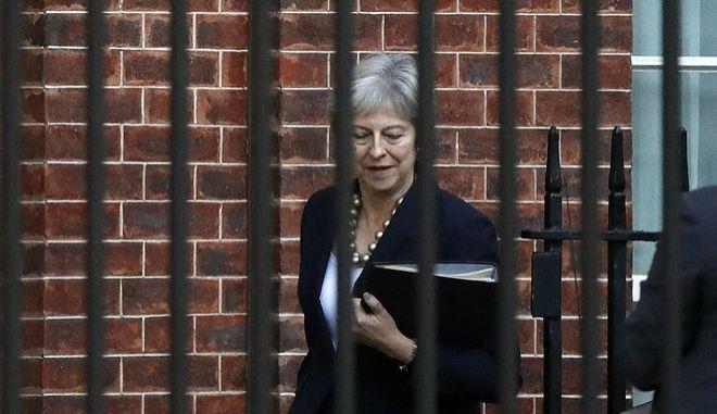 Η Βρετανίδα πρωθυπουργός Τερέζα Μέι φεύγει από την Ντάουνινγκ Στριτ με προορισμό τη βουλή