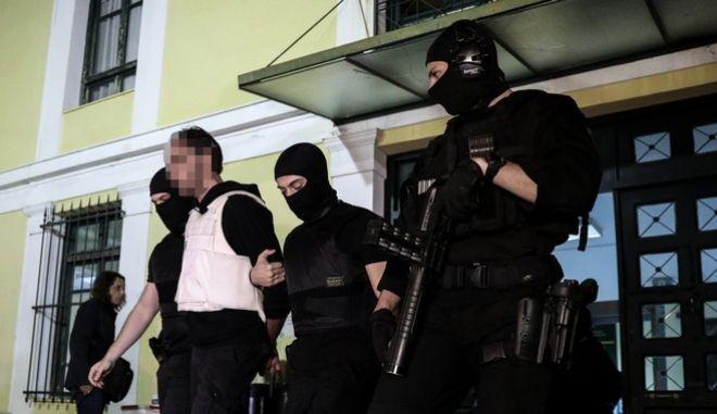 """Οι συλληφθέντες για την """"Επαναστατική Αυτοάμυνα"""" οδηγούνται στον εισαγγελέα"""
