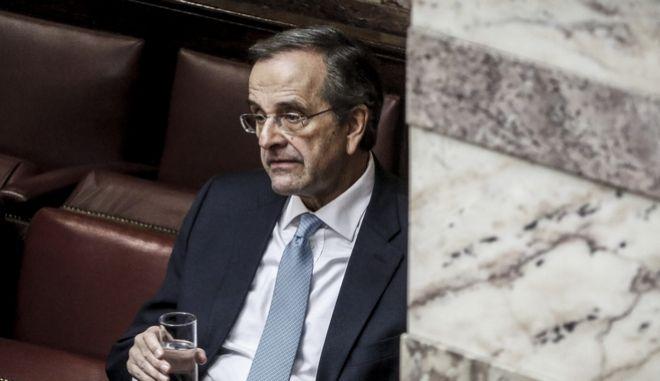 Ο πρώην πρωθυπουργός Αντώνης Σαμαράς στην αίθουσα της ολομέλειας της Βουλής