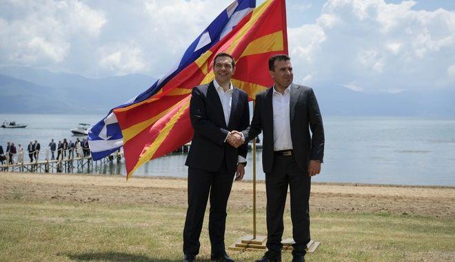 Ο Αλέξης Τσίπρας με τον πρωθυπουργό της πΓΔΜ Ζόραν Ζάεφ κατά την υπογραφή της συμφωνίας των Πρεσπών