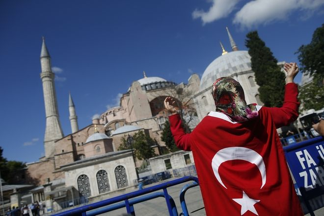 Τούρκοι συγκεντρώνονται απ' έξω και πανηγυρίζουν μετά την απόφαση η Αγία Σοφιά να γίνει τζαμί