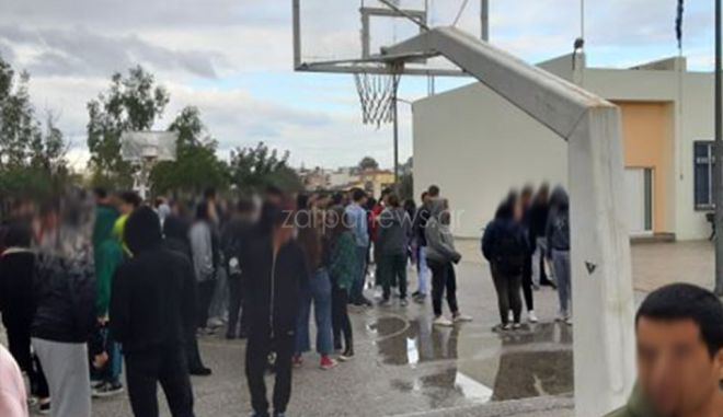 Μαθητές σε προαύλιο σχολείου μετά το σεισμό