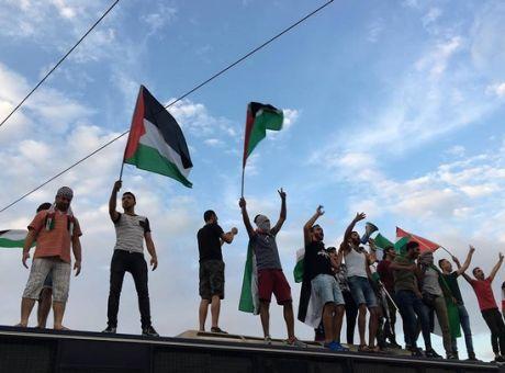 Πορεία για την Παλαιστίνη: Ανέβηκαν πάνω στις κλούβες - Ένταση και πετροπόλεμος