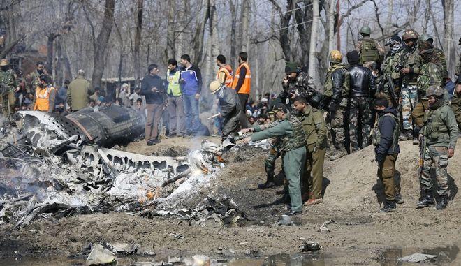 Αξιωματούχοι της Ινδίας στα συντρίμμια μαχητικού αεροσκάφους που κατέπεσε στην περιοχή τους