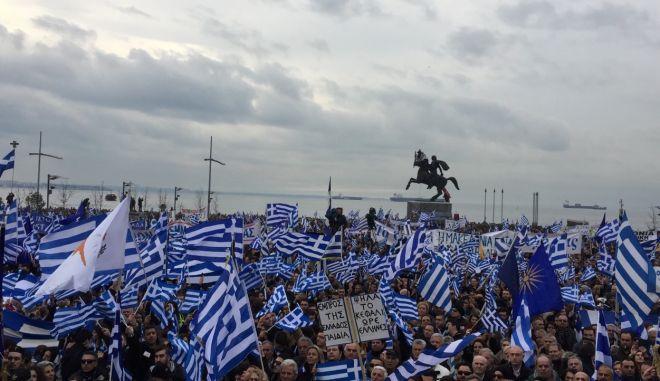 Συλλαλητήριο Θεσσαλονίκη: Έφιπποι, σημαίες και συνθήματα με θέα τον Θερμαϊκό