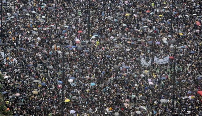 Δεκάδες χιλιάδες άνθρωποι στους δρόμους του Χονγκ Κονγκ