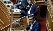 O πρωθυπουργός Κυριάκος Μητσοτάκης και ο πρόεδρος του ΣΥΡΙΖΑ Αλέξης Τσίπρας στη Βουλή (Φωτογραφία αρχείου)