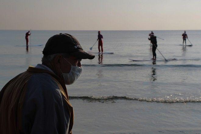 Άνδρας με μάσκα στη θάλασσα