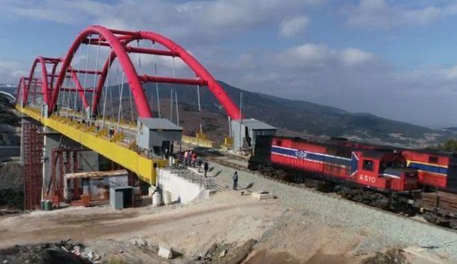 Φθιώτιδα: Τρένα με 800 τόνους σιδηροτροχιές περνούν από γέφυρα πάνω από ενεργό ρήγμα