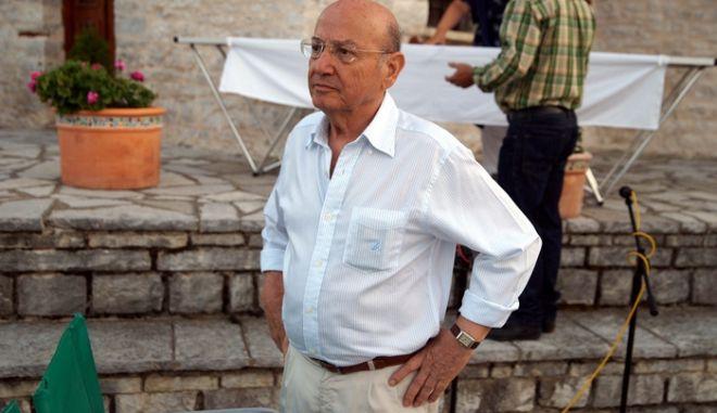 """Στον τόπο όπου γυρίστηκε η """"Αναπαράσταση, στο Ζαγόρι, τιμήθηκε την Κυριακή 8 Αυγούστου 2010 ο γνωστός σκηνοθέτης Θεόδωρος Αγγελόπουλος. Ο Μορφωτικός Εξωραϊστικός Σύλλογος Κάτω Πεδινών προσέφερε σε ειδική εκδήλωση δώρα (τοπικής προέλευσης) στο σκηνοθέτη, ενώ παράλληλα προβλήθηκε η """"Αναπαράσταση"""" και εγκαινιάστηκε έκθεση με φωτογραφίες από τα γυρίσματα ταινιών του Θεόδωρου Αγγελόπουλου. Η εκδήλωση,  αποτέλεσε  ουσιαστικά το προοίμιο  του φετινού τριημέρου θερινού σινεμά στο Ζαγόρι, θεσμός  που  συμπληρώνει δώδεκα χρόνια ζωής. (EUROKINISSI // ΣΥΝΕΡΓΑΤΗΣ)"""