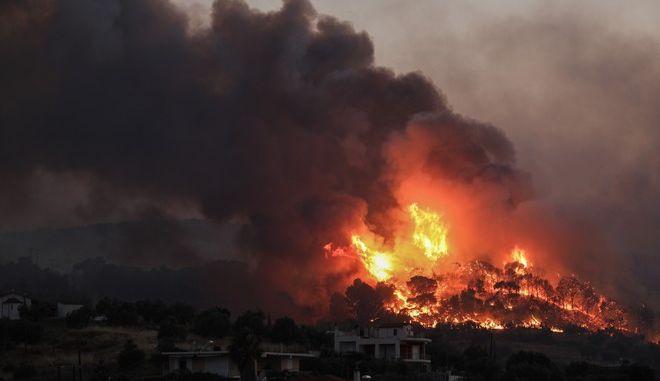 Νυχτερινή εικόνα από την πυρκαγιά σε δασική έκταση στην περιοχή Κεχριές της Κορίνθου  την Τετάρτη 22 Ιουλίου 2020. Το στιγμιότυπο από το χωριό Γαλατάκι.    (EUROKINISSI/ΣΩΤΗΡΗΣ ΔΗΜΗΤΡΟΠΟΥΛΟΣ)