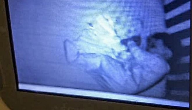 Βίντεο: Νόμιζε πως είδε φάντασμα δίπλα στο μωρό της - Η εξήγηση είναι πολύ πιο απλή