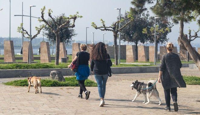 Κόσμος στη Νέα Παραλία Θεσσαλονίκης