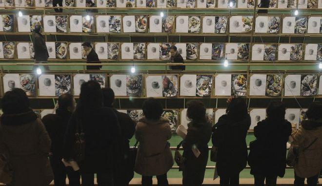 Καθηγητές εξετάζουν εργασίες φοιτητών στο πανεπιστήμιο Hongik στη Σεούλ